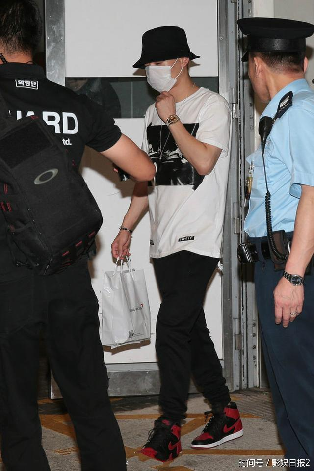 EXO现身香港500多人接机场面混乱多名女粉丝跌倒