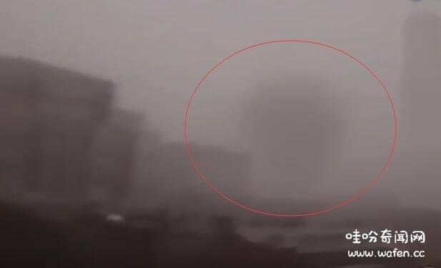 澳大利亚怪物推倒大楼百米高的超级巨兽云雾中出现撞到摩天大楼