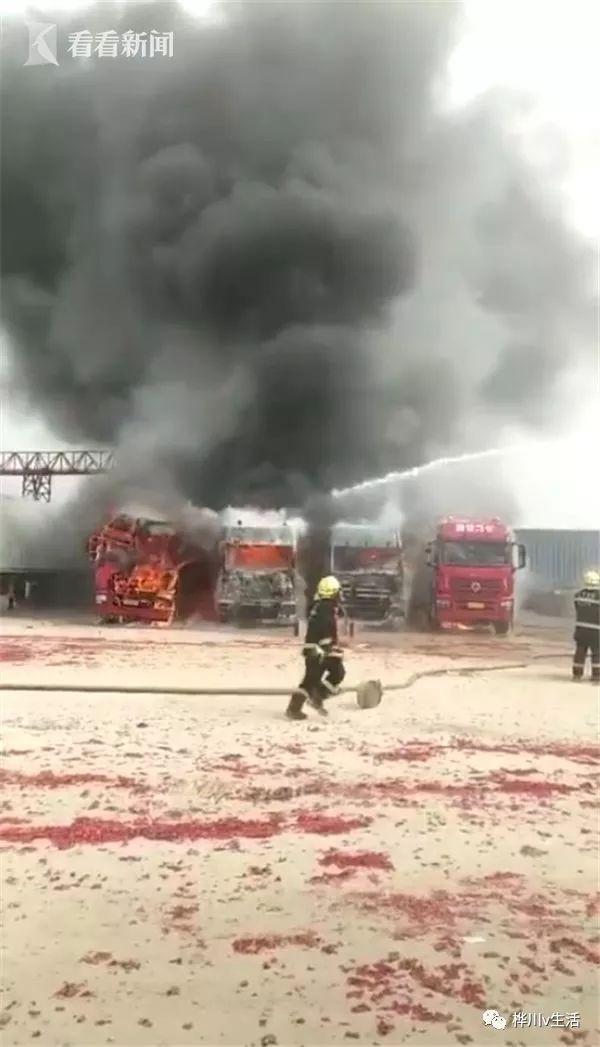 众人对着卡车磕头放爆竹求平安结果把车烧了