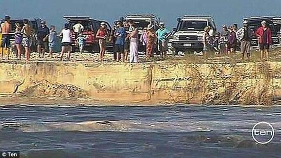 澳洲旅游景点彩虹沙滩突然出现巨坑惊走游客